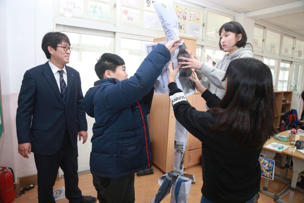 2월 12일 포항 청림초등학교 '주니어 인성교실-꿈과 희망 With POSCO'에 참여하고 있는 포스코인재창조원 오성근 과장과 어린이들.