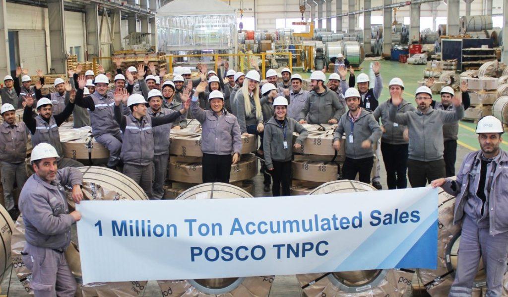 POSCO-Turkey Nilufer Processing Center- 터기 공장의 직원들이 판매 누계 100만 톤 당설을 기념하여 1Million Ton Accumulated Sales POSCO TNPC 현수막을 들고 기뻐하는 모습