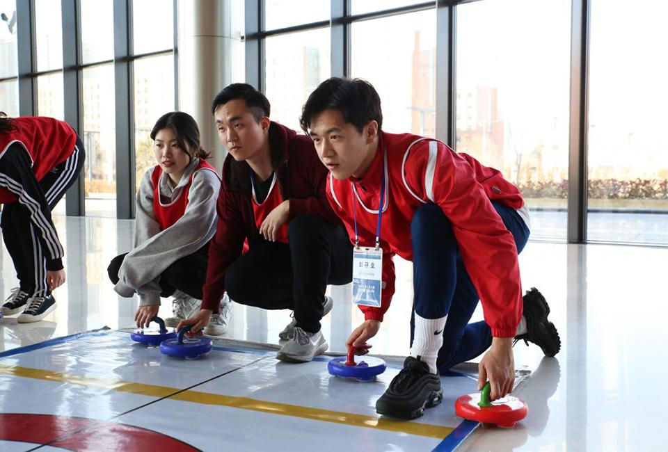 포스코그룹 신입사원 입문교육-그룹별로 컬링을 경험하고 있다.