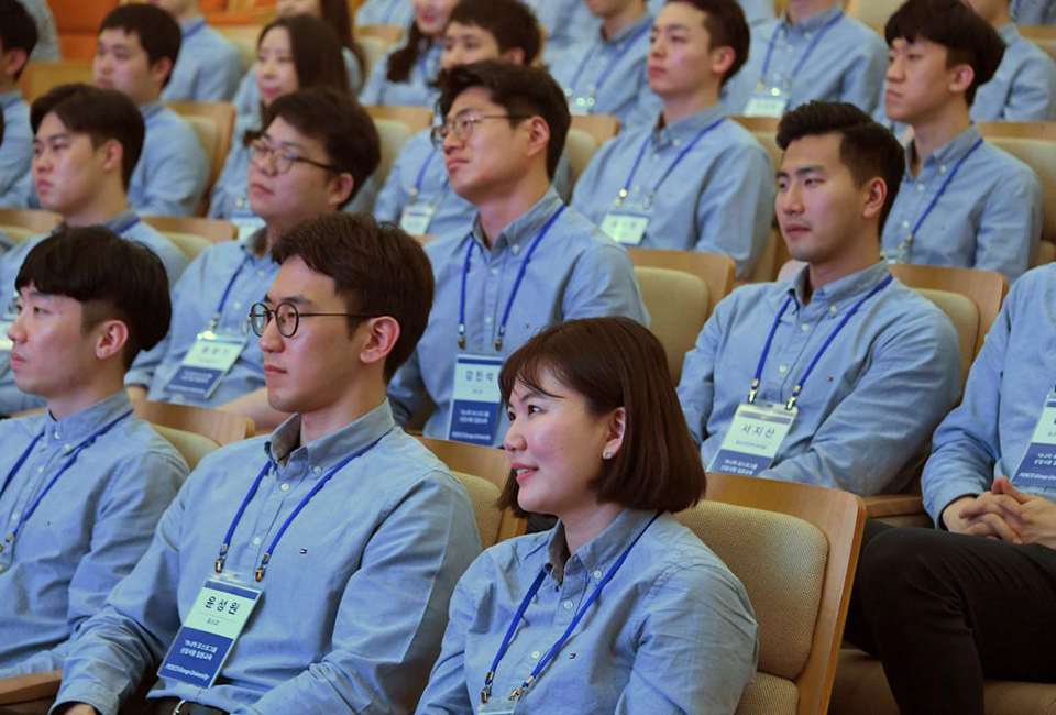 포스코그룹 신입사원 입문교육에 참석한 신입사원들 모습