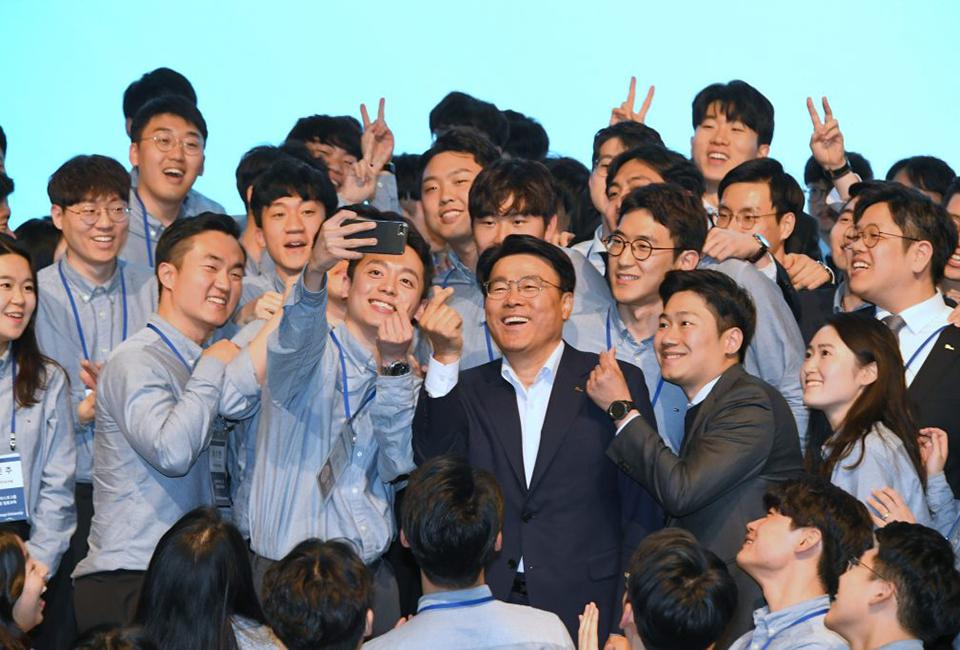 포스코그룹 신입사원 입문교육에 참석한 신입사원들과 최정우 회장이 함께 사진을 찍고 있는 모습