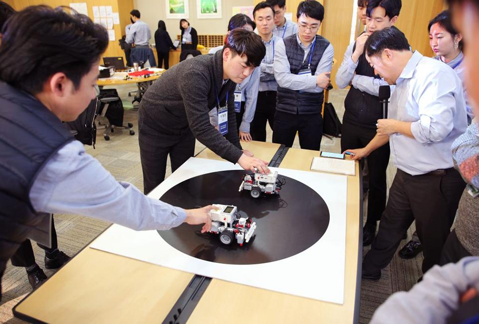 포스코그룹 신입사원 입문교육 로봇을 활용하는 모습