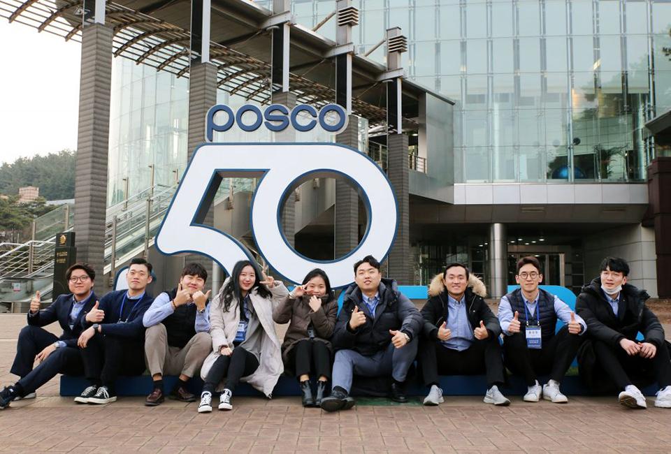 포스코그룹 신입사원 입문교육-posco50 조형물 앞에서 참석자들 모습