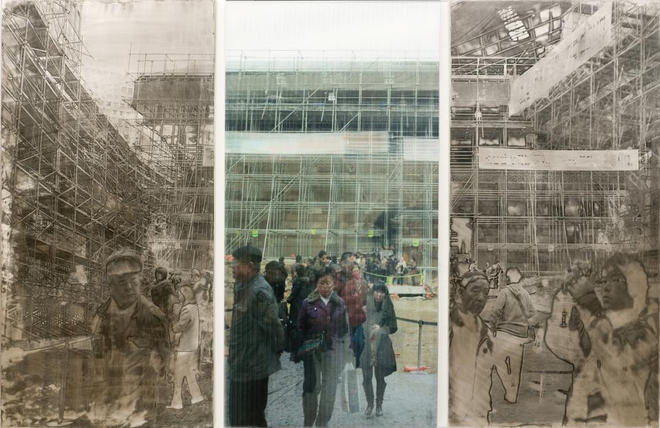 <20090210_숭례문, 그 날 이후의 기록> 2009/2011, 스테인리스스틸에 돋을새김, 유성잉크, 렌티큘러스크린, 110x165cm (출처: 서울시립미술관)