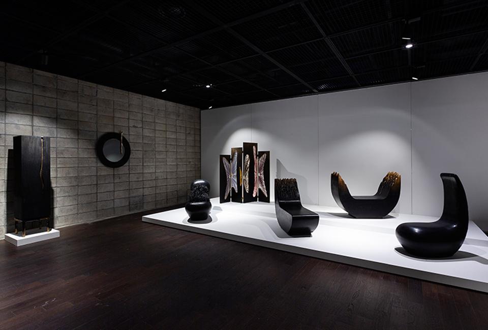 포스코 미술관에 전시된 검정색의 조형물들