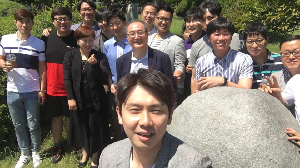 김수철 씨(맨 앞)가 포스코기술대학교 동기생들과 함께 순천대 교정에서 기념사진을 촬영하는 모습