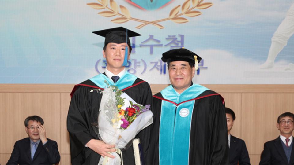 김수철 씨(왼쪽)가 졸업식에서 학위를 수여 받고 기념촬영을 하고 있다.