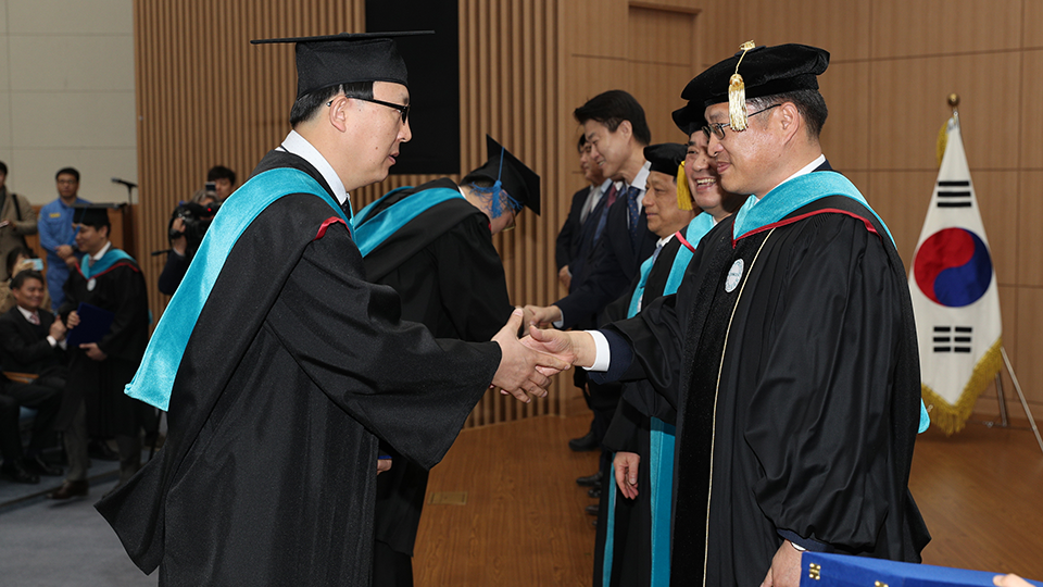 지난 2월 22일 열린 졸업식에서 권기철 씨(왼쪽)가 학위를 수여 받고 있다.