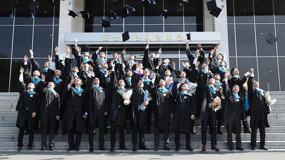 지난 2월 22일 포항 포스코인재창조원에서 열린 포스코기술대학 2018년도 학위수여식에서 졸업생들이 하늘을 향해 학사모를 던지며 졸업을 축하하고 있다.