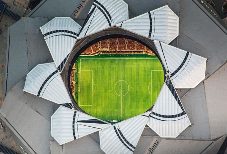 메르세데스-벤츠 스타디움 천장에서 경기장을 내려다본 사진