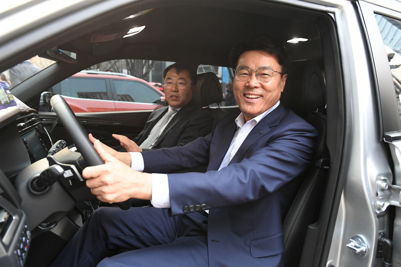 19일, 최정우 포스코 회장과 예병태 쌍용자동차 부사장이 함께 포스코센터 앞 신형 코란도 공동 프로모션 행사에 방문해 전시 차량 내부를 살펴보고 있다.