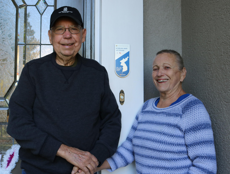 한국전쟁참전용사협회 애틀란타 지회장을 역임하고 있는 노먼 보드(Norman F. Board)씨(왼쪽)와 부인인 조앤 보드(Joan Board) 씨(오른쪽)