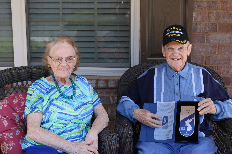 포스코아메리카는 이번에 총 90명의 한국전쟁 참전용사에게 기념패를 전달했다. 이번에 기념패를 전달 받은 참전용사 에드워드 긴터(Edward Ginter)씨와 부인인 세실리아 긴터(Cecilia Ginter) 씨.