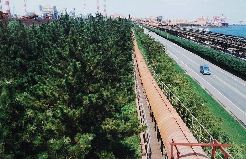제철소 안쪽에도 상당량의 녹지가 조성되어 있다.