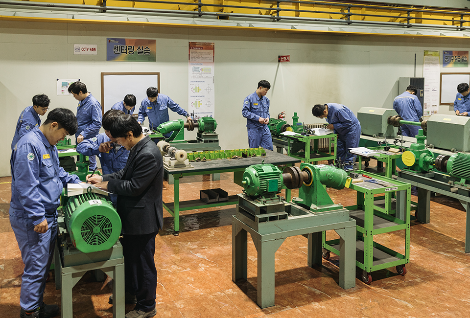 포스코가 실시하는 '협력사 취업희망자 교육'에서 공장 기기에 대해 배우는 교육생들
