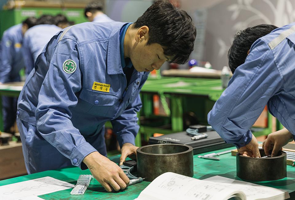 포스코가 실시하는 '협력사 취업희망자 교육'에서 부품을 살펴보는 전익중 교육생