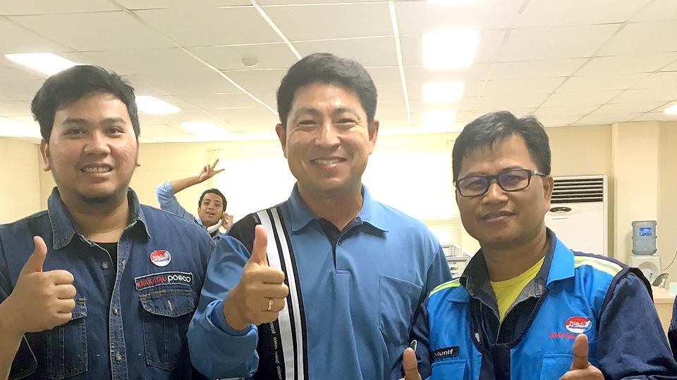 크라카타우포스코 직원들과 함께 사진을 찍는 광양제철소 선강설비부 김전호 과장
