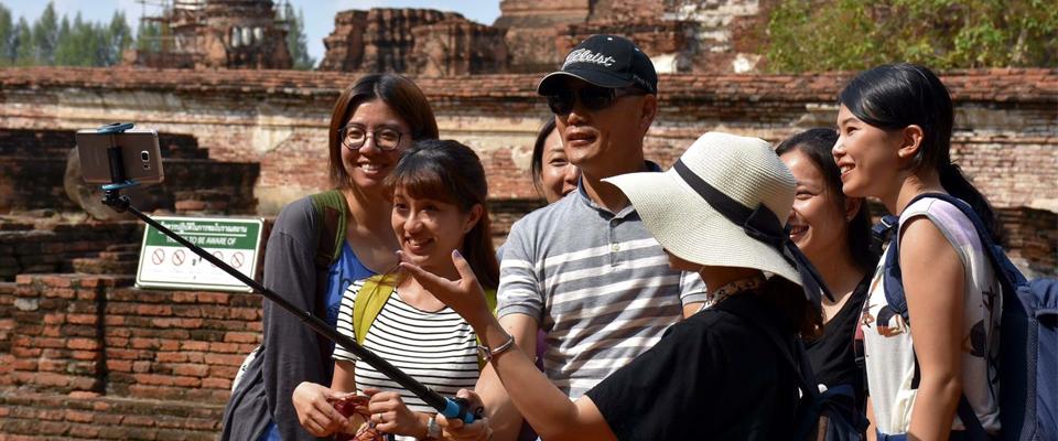 공부를 하며 친해진 어학원 친구들과 태국의 두 번째 수도, 아유타야에 가서 기념촬영을 하는 장백석 과장