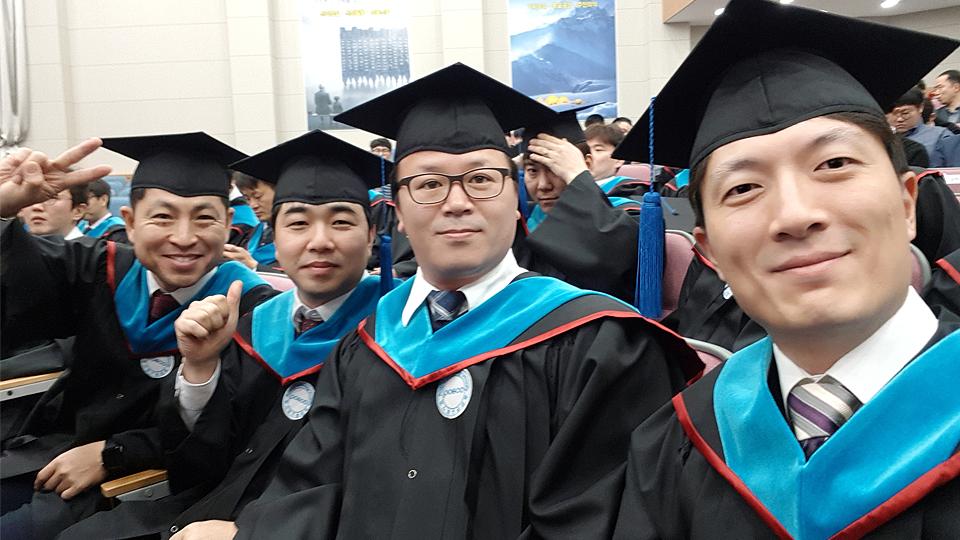 포스코기술대학에서 함께 공부한 동료들과 함께 졸업식날 사진을 찍는 김전호 과장