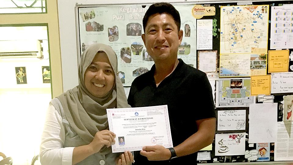인도네시아 어학원에서 수료증을 받는 김전호 과장