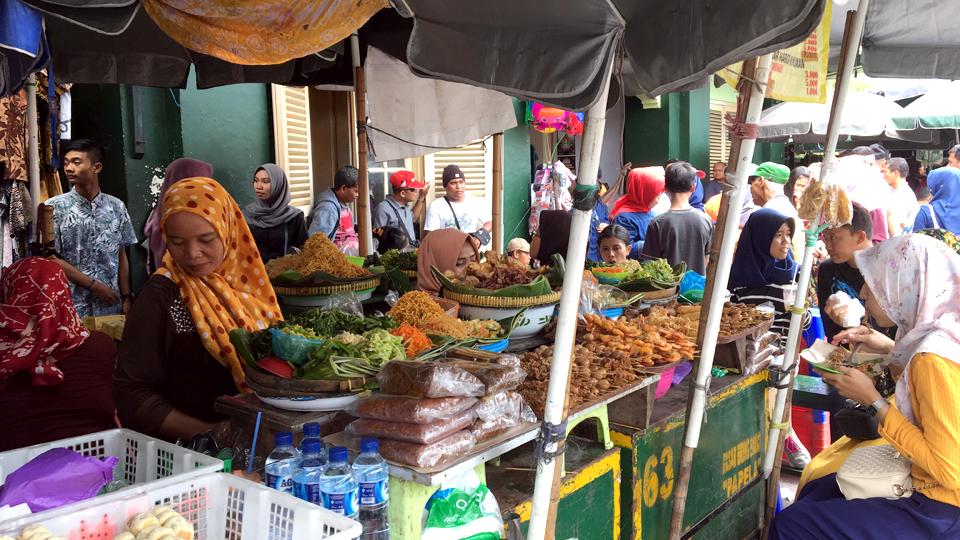 족자카르타 번화가 말리오보로 거리. 시장 상인들이 식자재들을 잔뜩 늘어놓고 판매하고 있다.