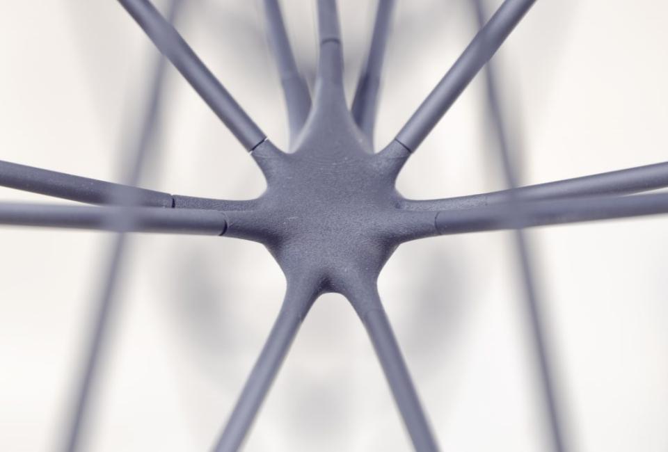 에어테이블의 구조2 . 6mm 굵기의 스테인리스 선 여러 가닥이 한 점에 만나고 흩어지고를 반복한다.