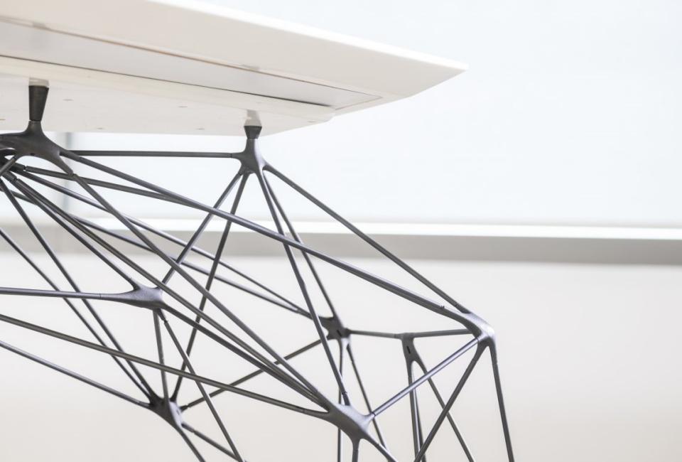 에어테이블의 구조3.  6mm 굵기의 스테인리스 선으로 이루어진 다리와 테이블 상판의 접합부분