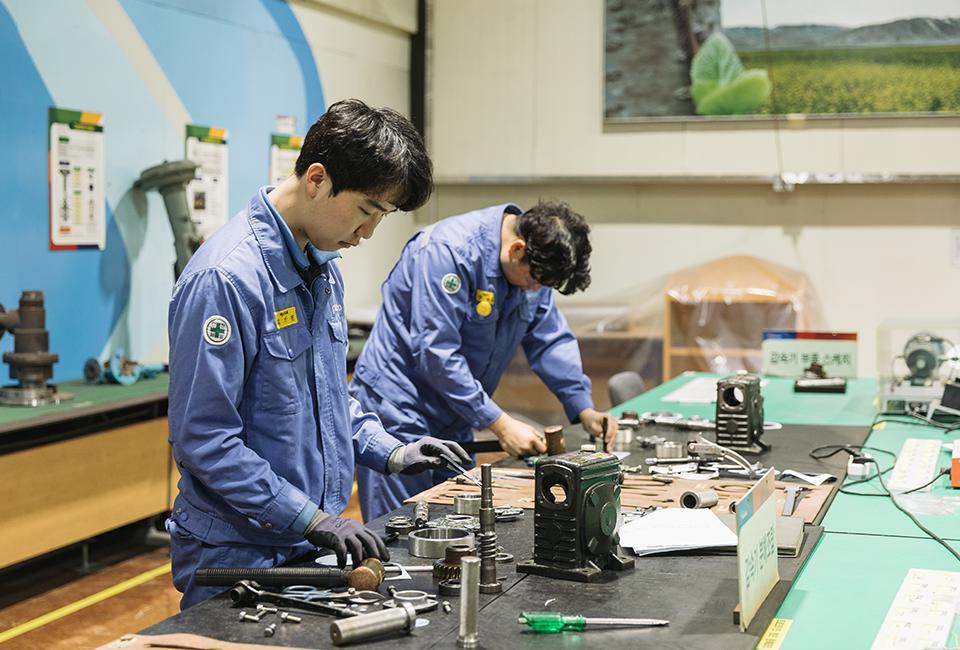 포스코가 실시하는 '협력사 취업희망자 교육'에서 기기 조립 실습을 하는 교육생들