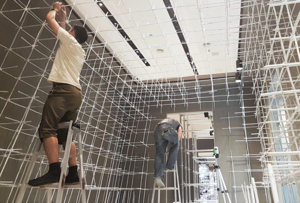 2017년 서울 비엔날레에서 'White Spaces'를 설치중인 사람들 사진