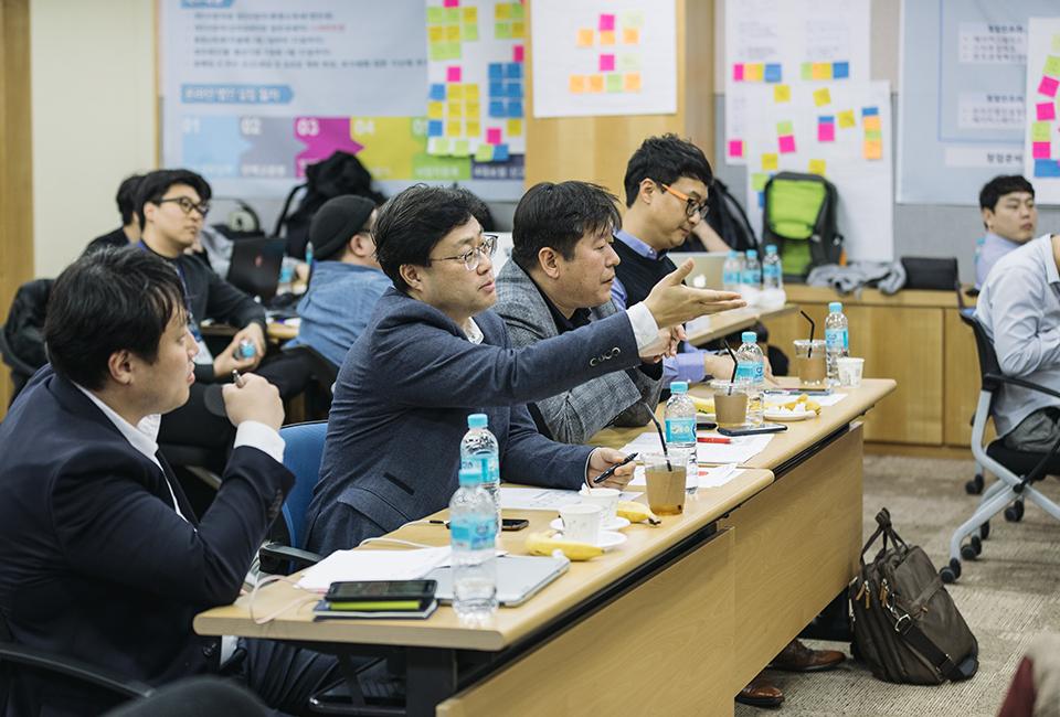 창업 인큐베이팅 스쿨 멘토들이 지원자에게 질문하는 모습