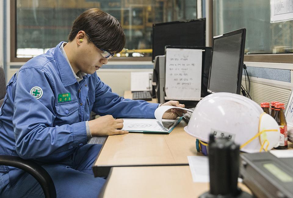 업무자료를 살펴보는 김주원 사원