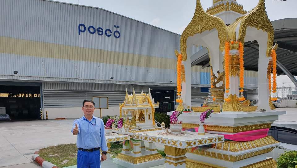 가공센터 POSCO-TBPC의2,3공장 앞에서 엄지를 치켜올리고 사진을 찍는 장백석 과장