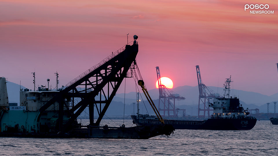 항구 바다 위에 떠있는 무역선들 사진