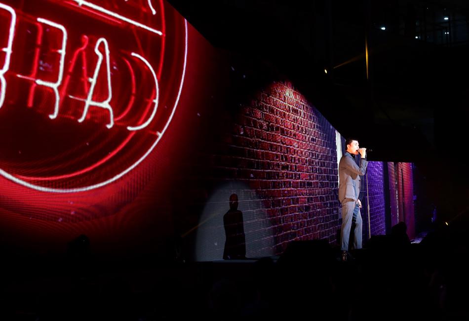 포스코콘서트 'Hope_Full'에서 가수 카더가든이 노래를 부르고 있다