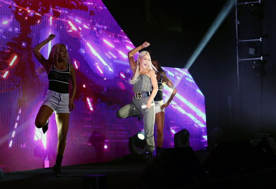 포스코콘서트 'Hope_Full'에서 가수 효린이 역동적인 춤을 선보이고 있다.