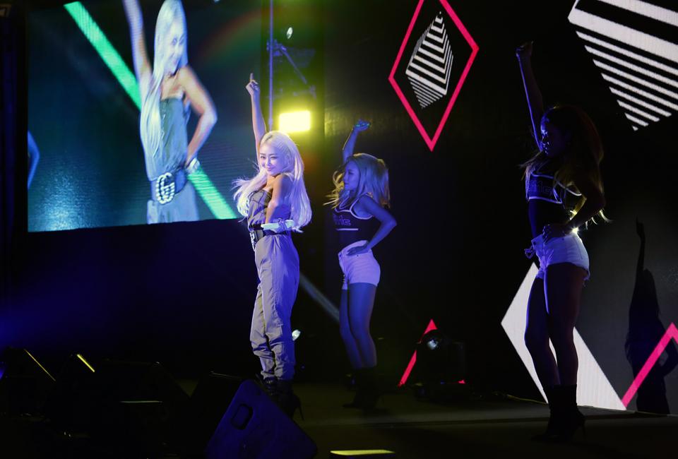 포스코콘서트 'Hope_Full'에서 가수 효린이 손을 높이 드는 안무와 함께 관객들을 바라보고 있다