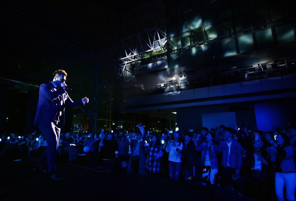 포스코콘서트 'Hope_Full'에서 가수 김태우가 관객들과 호응하며 노래하고 있다.