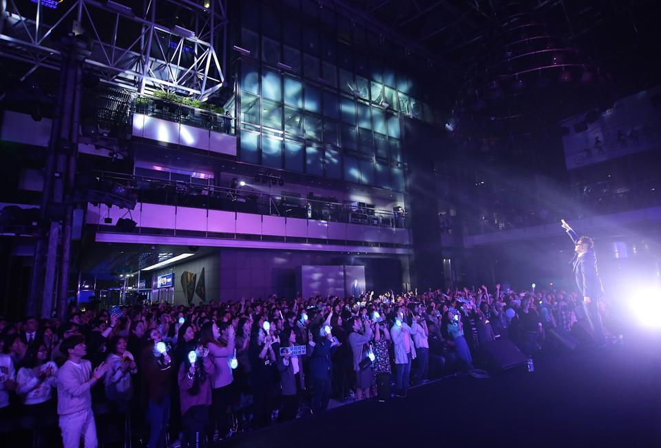 포스코콘서트 'Hope_Full'에서 객석 가득한 관객들이 가수 김태우에게 환호를 보내고 있다.