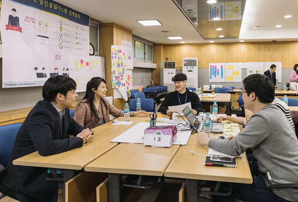 창업 인큐베이팅 스쿨 1조 조원들이 즐거운 얼굴로 아이디어를 구상하고 있다
