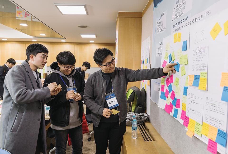 창업 인큐베이팅 스쿨 교육생들이 아이디어를 포스트잇에 적어 조별 공간에 붙이고 있다