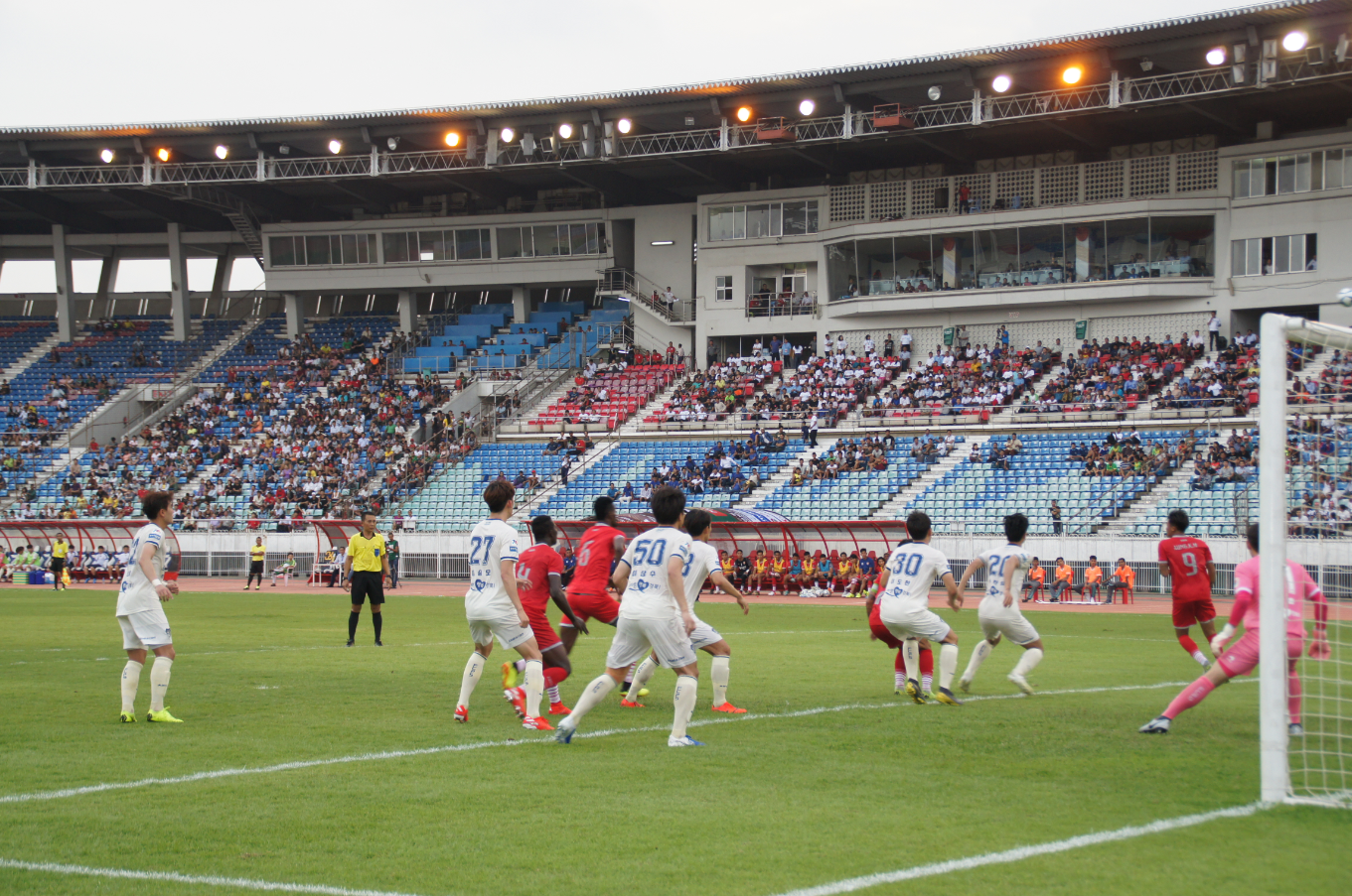 포항스틸러스와 미얀마 프로축구단이 친선경기를 하고 있는 모습