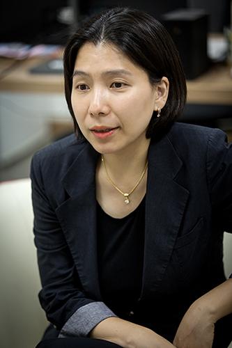 인터뷰하는 박문정 교수