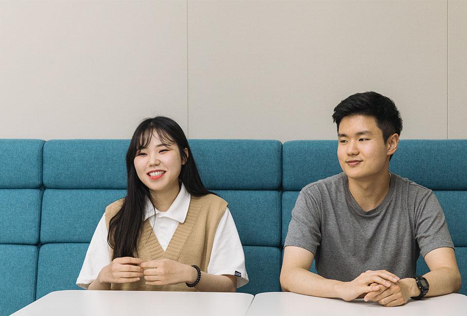인터뷰에 응하고 있는 청년 AI·Big Data 아카데미 6기 교육생 전소윤, 장현재