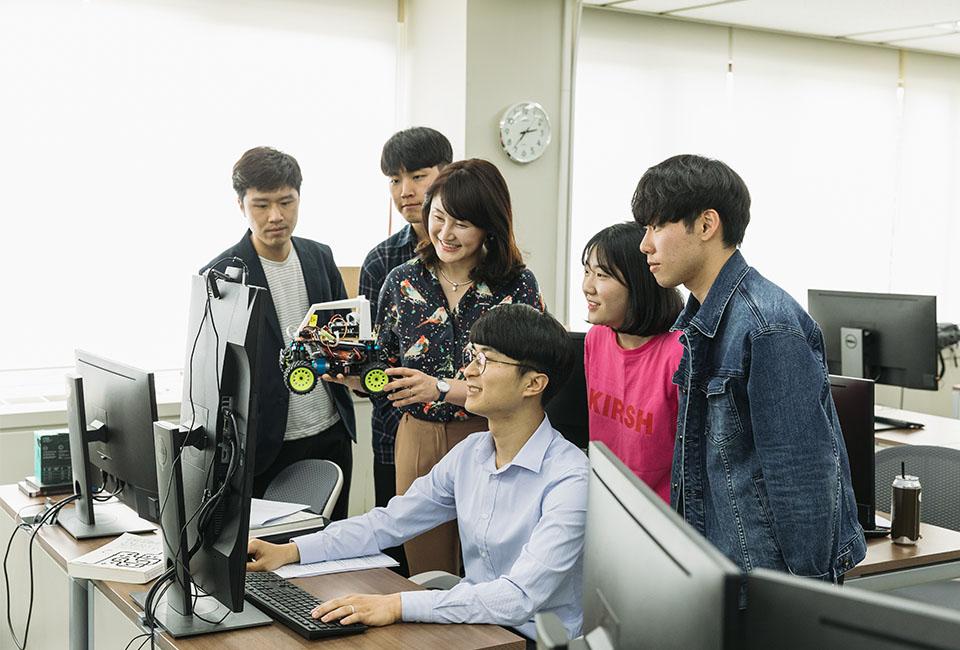 포스텍 교수와 함께 인공지능 수업을 진행하고 있는 청년 AI·Big Data 아카데미 학생들