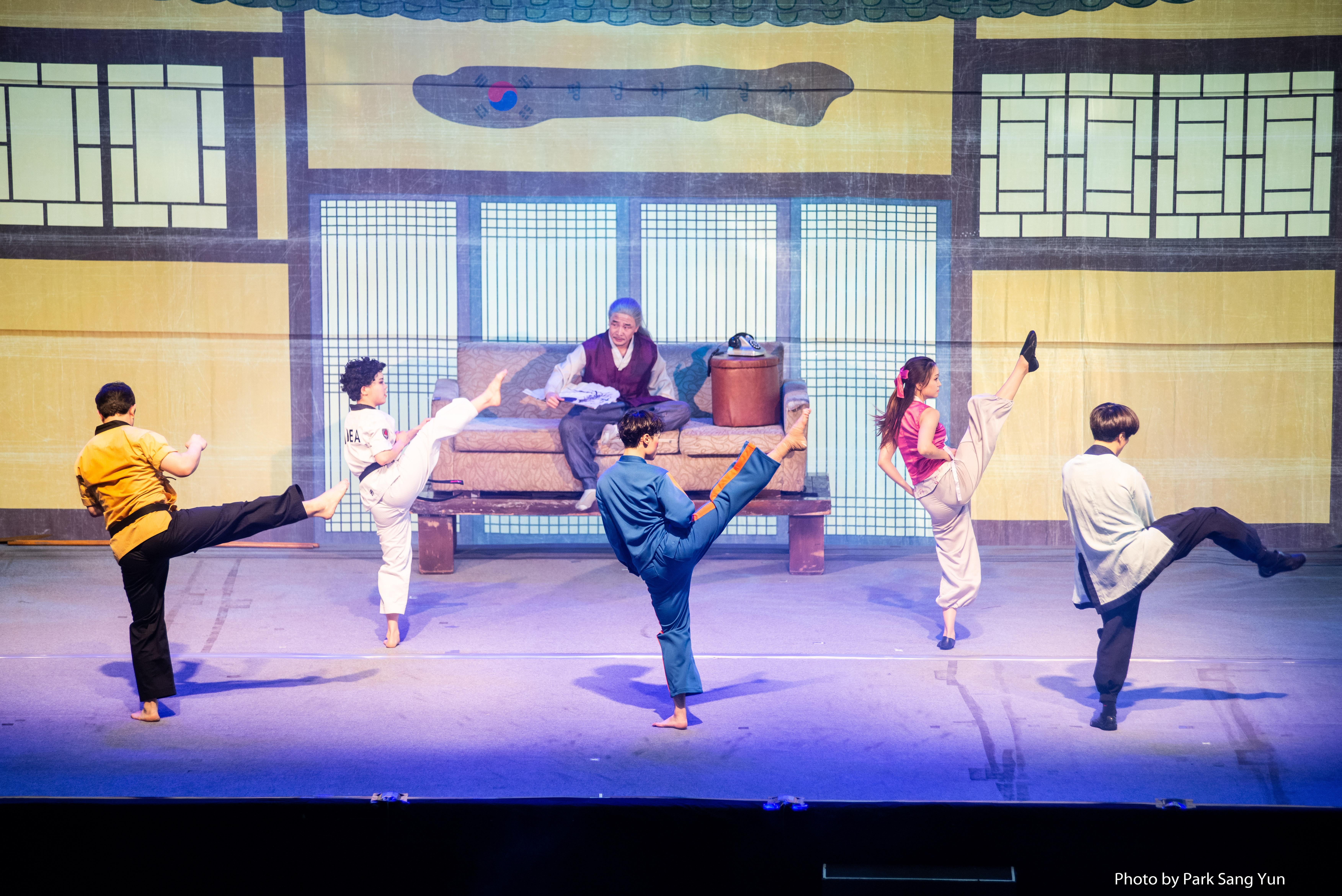 5월 가정의달 특집으로 진행한 '포스코 키즈콘서트' 점프 공연 모습 출연자들이 멋진 앞차기를 선보이고 있다.