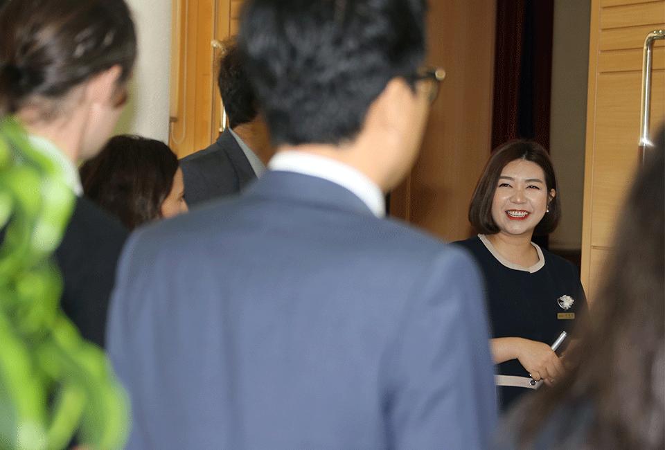 포항제철소를 방문한 외국인들의 질문에 환하게 웃으며 답변하는 김마이카안젤라 해설사