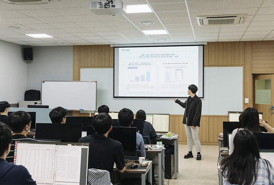 수업 중에 발표를 하고 있는 학생과 경청하는 다른 학생들