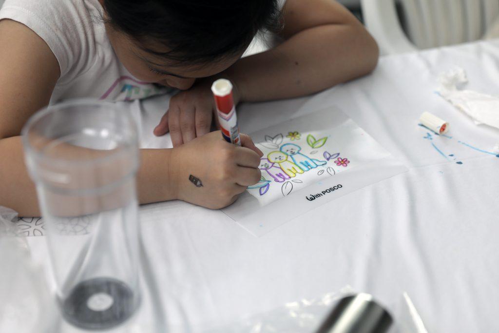 '나만의 스틸 텀블러 만들기' 체험을 하고 있는 어린이