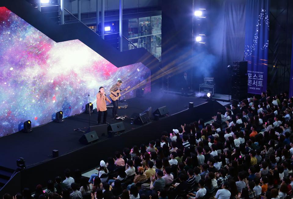 포스코콘서트에서 가수 어쿠솔쟈가 공연하는 모습 1