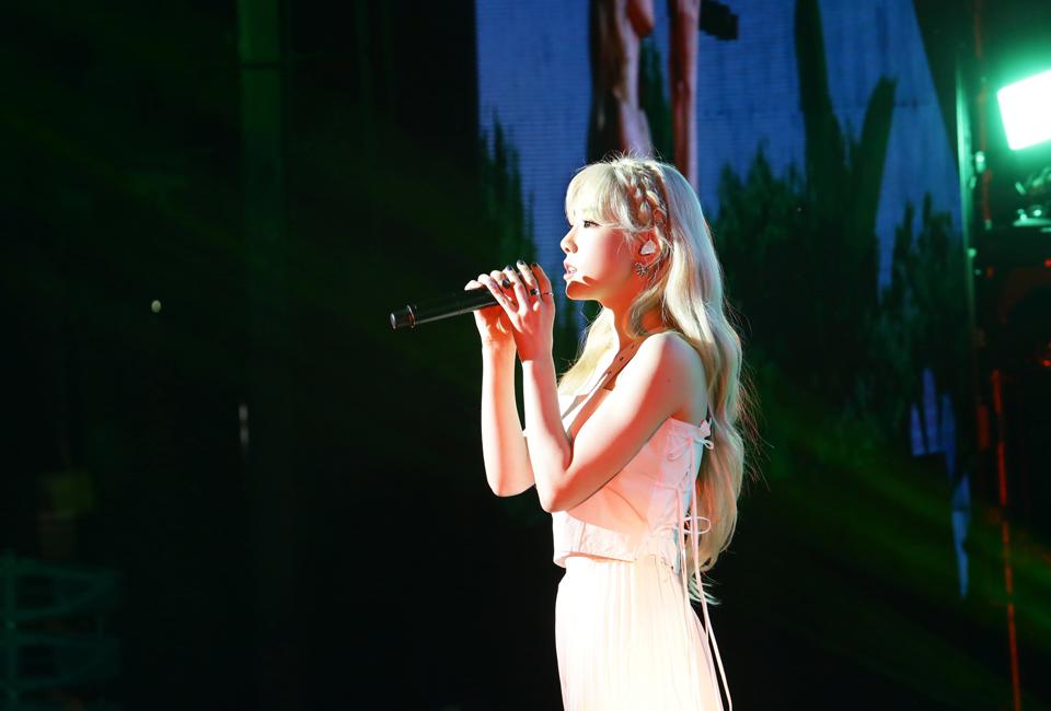 포스코콘서트에서 가수 태연이 공연하는 모습 2